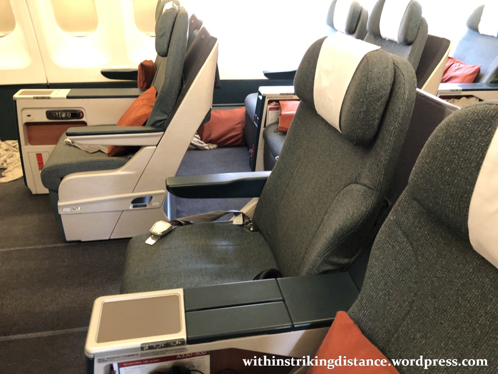 cathay pacific new business class interior classes The cabin was fitted with CXu0027s current regional Business Class seats,  introduced in 2013 to replace the ageing armchair recliners I experienced  on the same ...